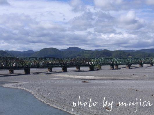 鉄橋と山と曇り空