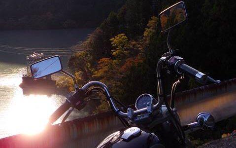 笹間川ダム湖とオートバイ