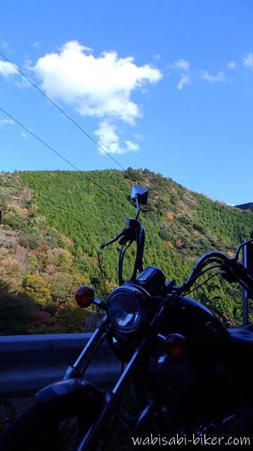 山の日陰とオートバイ