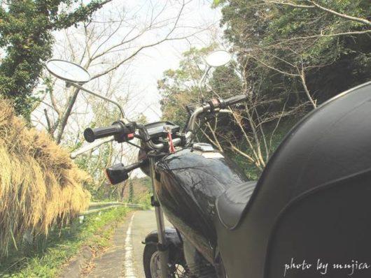 オートバイと稲束