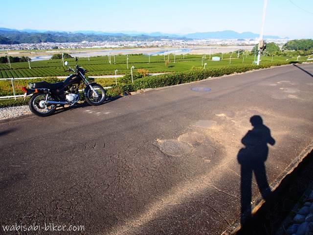 バイクと秋の影