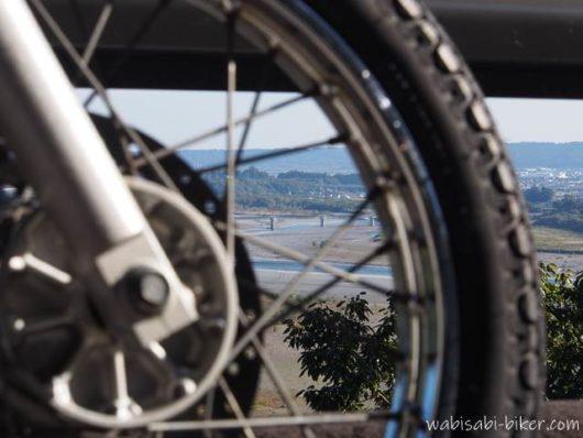 バイク越しの大井川