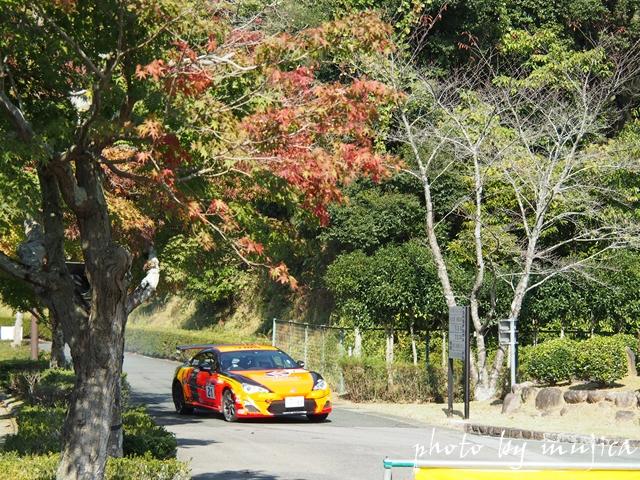 ラリー車と紅葉
