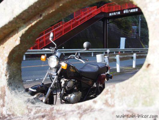 欄干から見るバイク