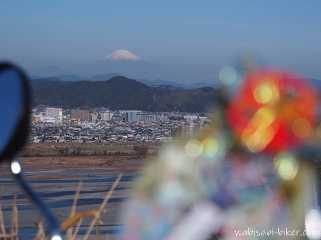 正月飾り越しに見る富士山