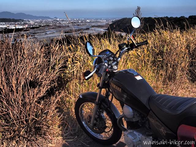 オートバイと枯れ草