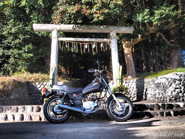 正月の鳥居とオートバイ