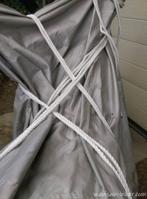 バイクカバーに巻かれたロープ