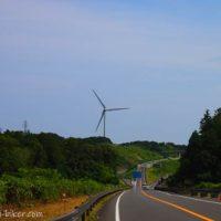 道路と風力発電機
