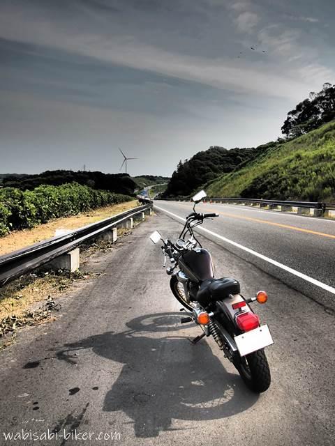 風車を目指すオートバイ