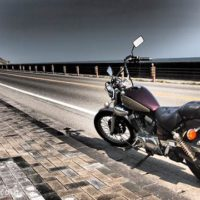 灯台を目指すオートバイ