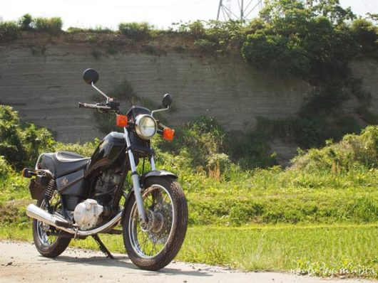 地層とバイクのある風景