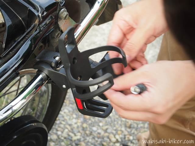 バイク用ドリンクホルダー取り付け中