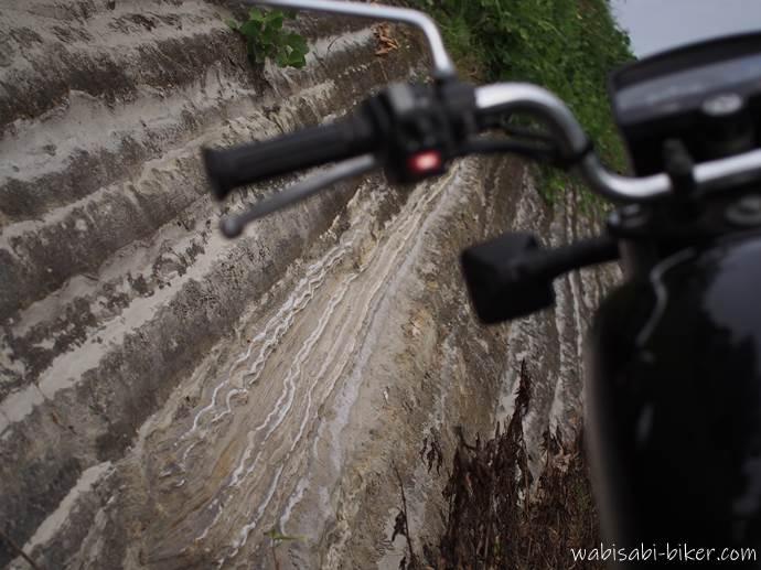 斜めの地層とオートバイ