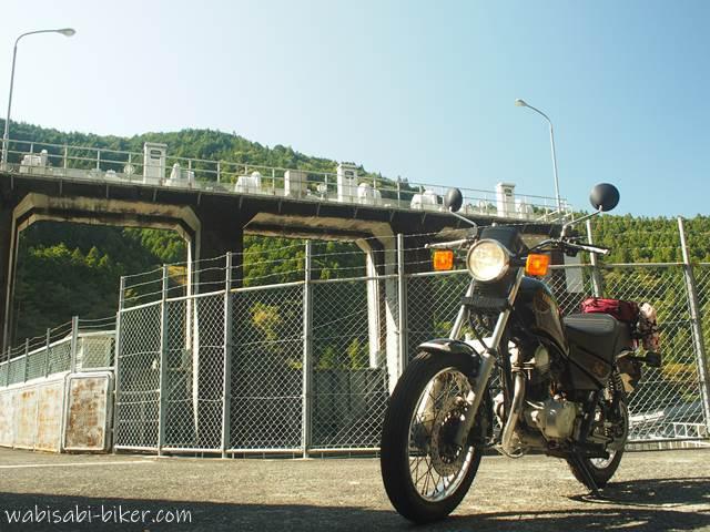 笹間川ダムとオートバイ