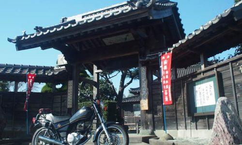 オートバイと西福寺の山門