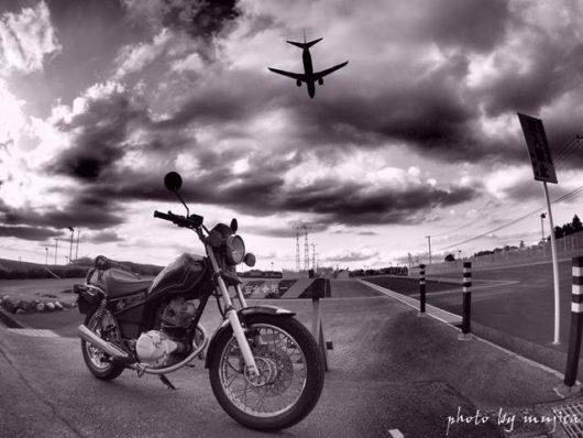 オートバイと飛行機のある風景