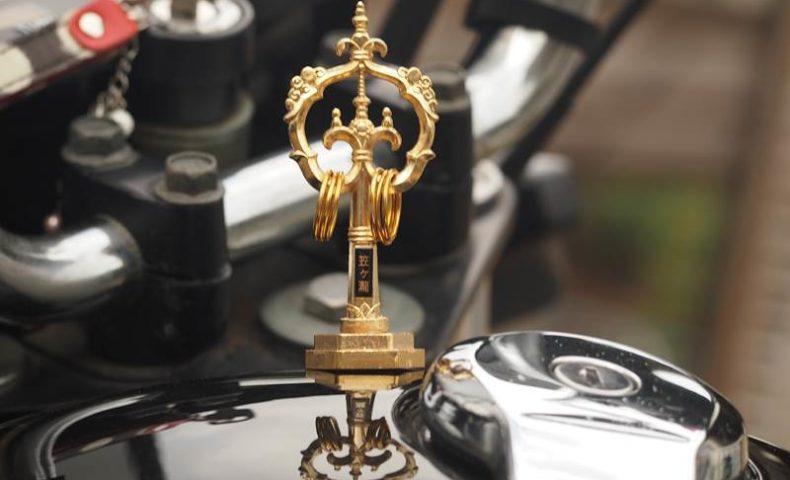 オートバイに付けた錫杖型交通安全お守り