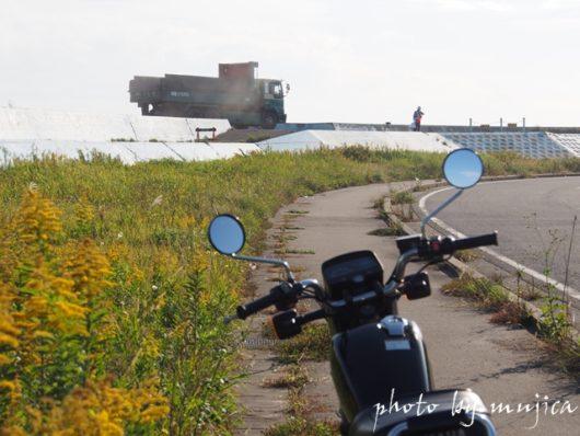 SR125と堤防を走るダンプカー