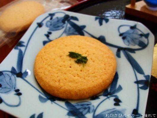 茶葉をのせたクッキー