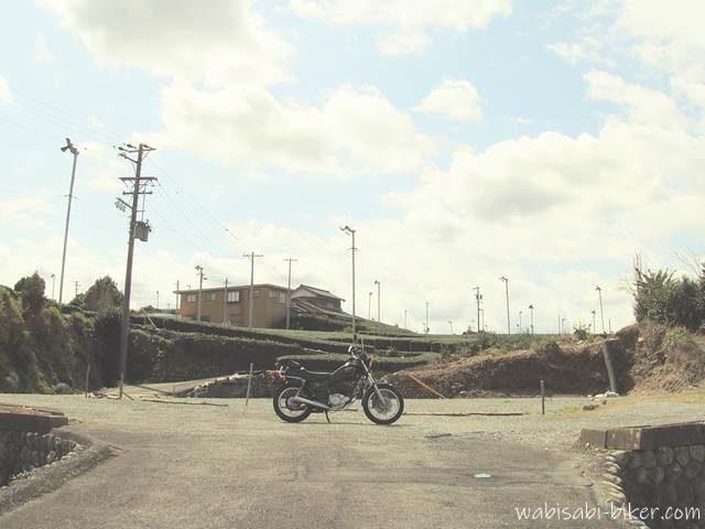 東萩間公会堂跡地とオートバイ