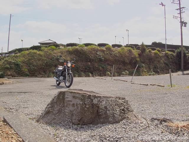 東萩間公会堂跡地 切り株とオートバイ