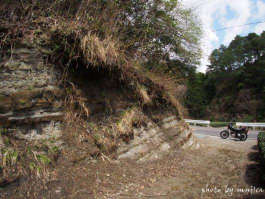 萩間の地層とオートバイ