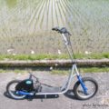 バイク乗車代わりにキックスクーターで水田沿いを散策