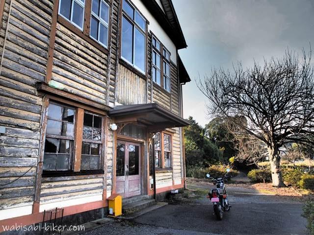 東萩間公会堂とオートバイ