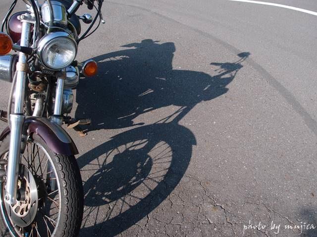 オートバイと影