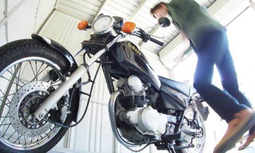 バイク保管庫とオートバイと自撮り
