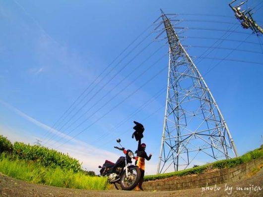 鉄塔とバイクのある風景