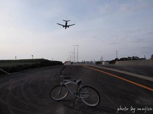 飛行機とビーチクルーザーのある風景