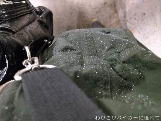 雨に濡れた上着