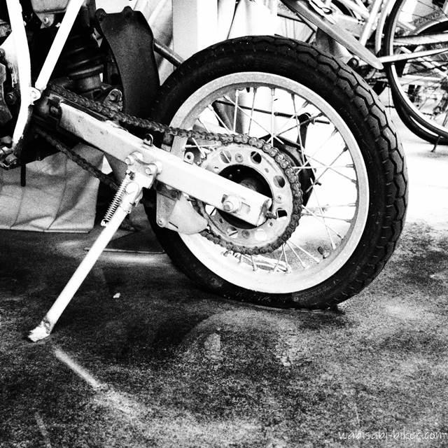 空気の抜けたオートバイ