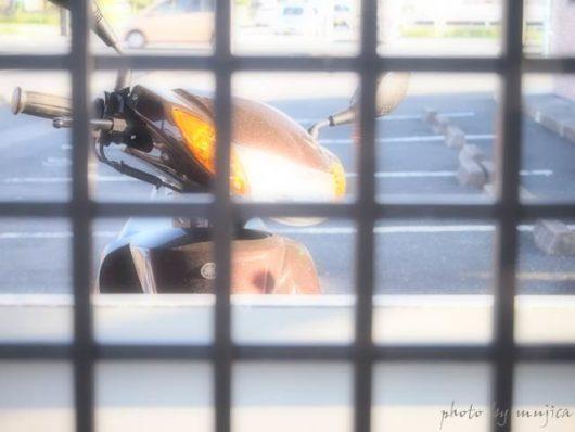 格子とスクーター