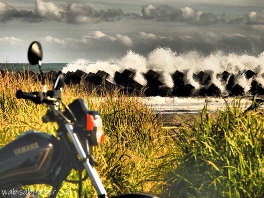 波とバイクのある風景