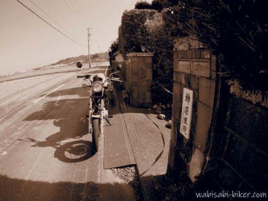 バイクとレトロ建築の表札