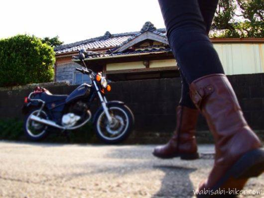 レトロ建築前でバイクと自撮り
