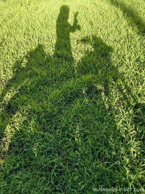 草むらとバイクの影