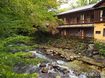 新井旅館と桂川