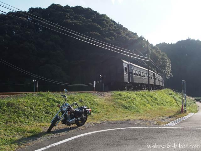 オートバイと通過するSL