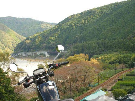バイクと山と線路