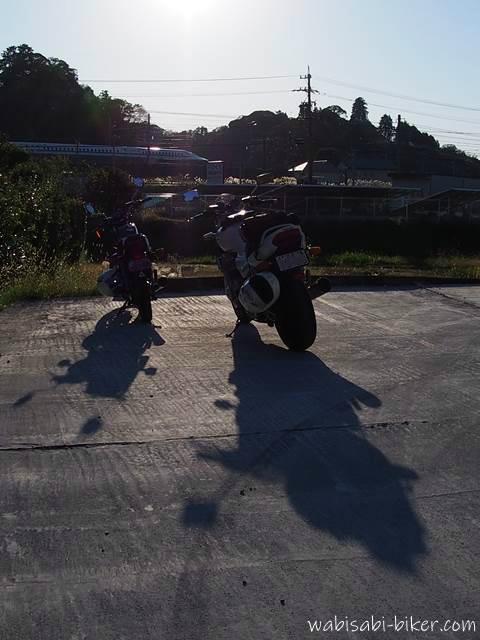 2台のバイクと影
