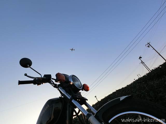 茶畑と飛行機とオートバイ