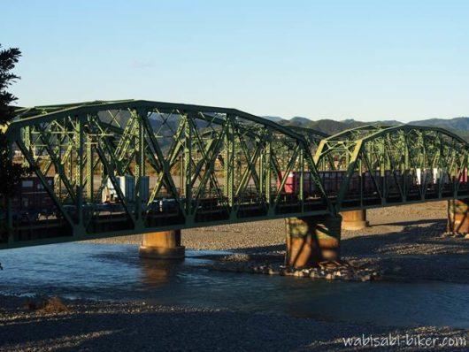 貨物列車が通過する鉄橋