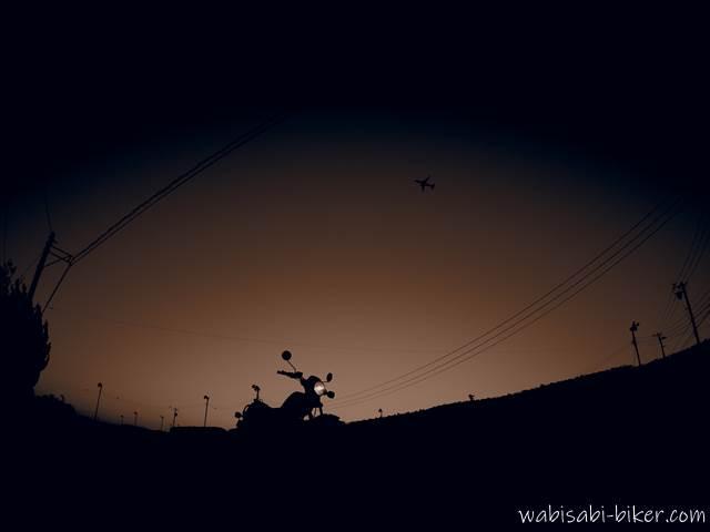 夕暮れの茶畑とオートバイ