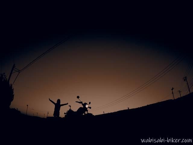 夕暮れの茶畑でオートバイと自撮り