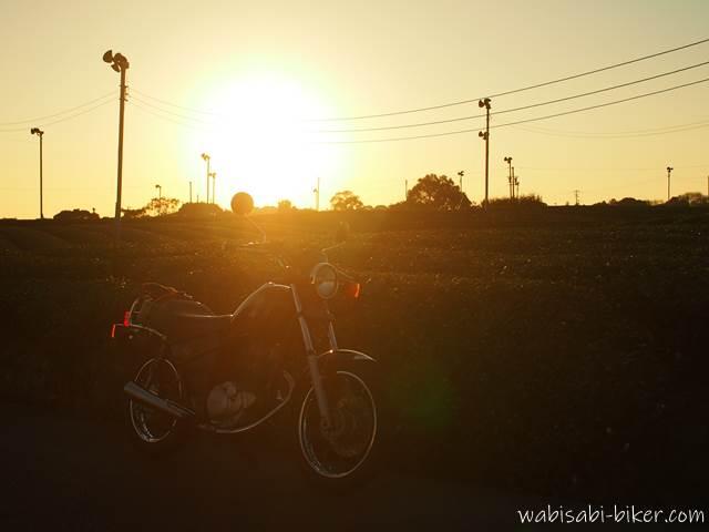 茶畑に沈む夕日とオートバイ