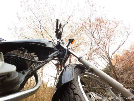 オートバイと山桜